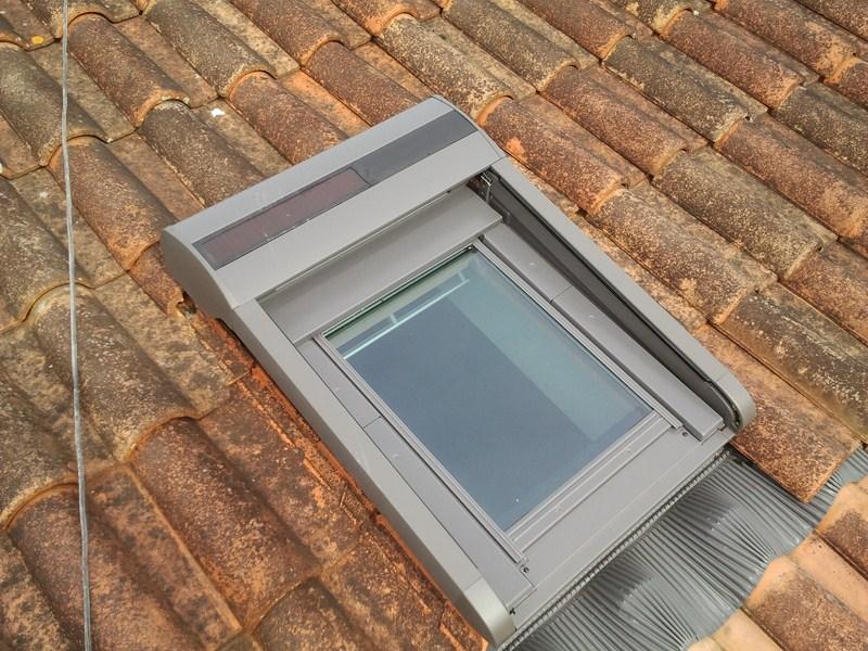 fen tre v lux 78 98 avec volet roulant solaire s a r l toit avenir couvreur cognac. Black Bedroom Furniture Sets. Home Design Ideas